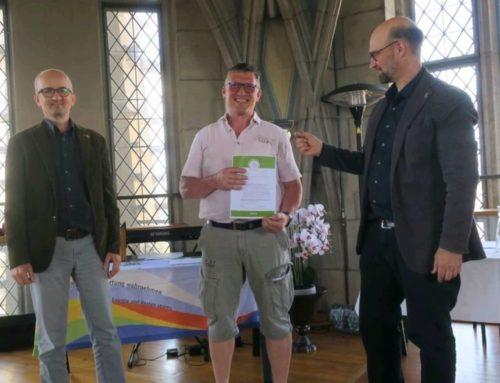 Ueli Beyer erhält Zertifikat